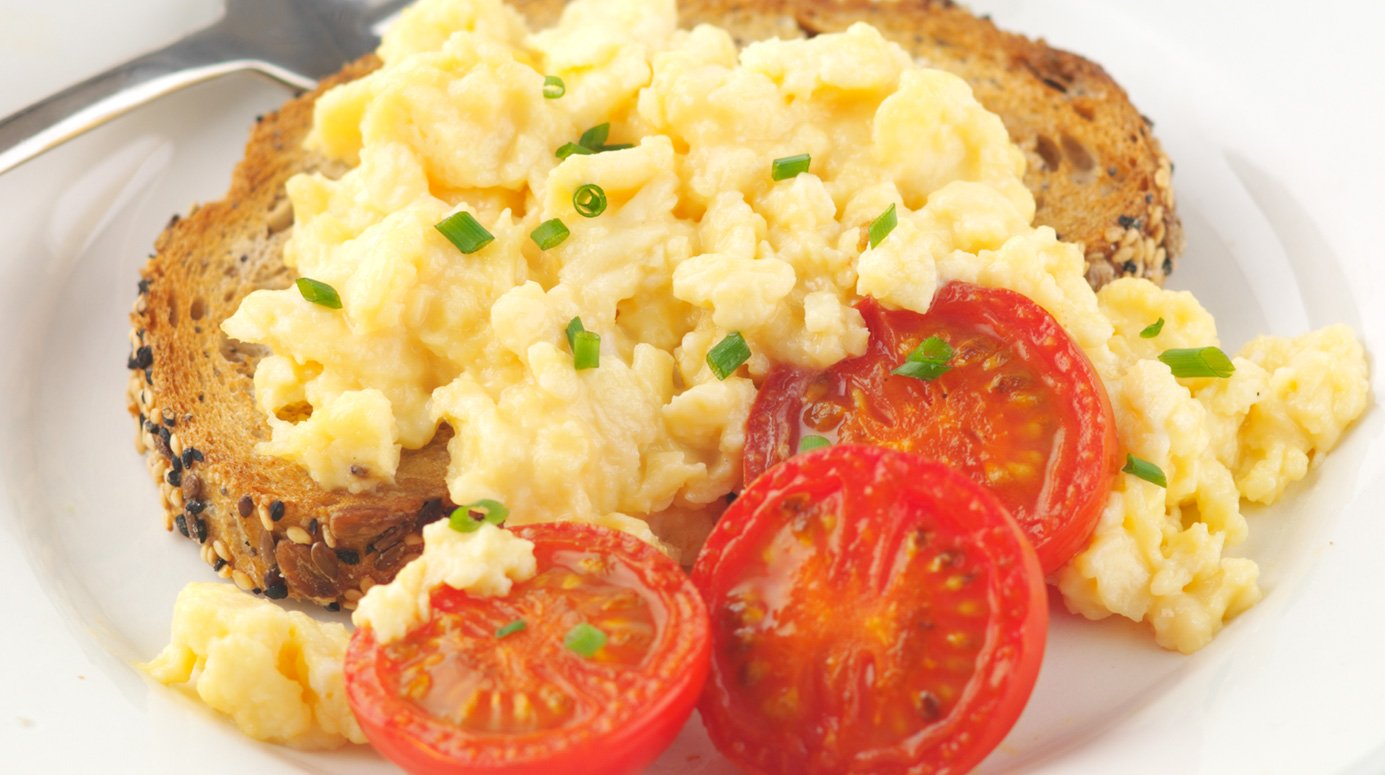 Scrambled egg on toast with tomatoes